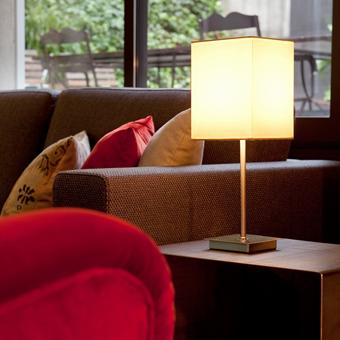 Lámpara sobremesa con pantalla textil blanca