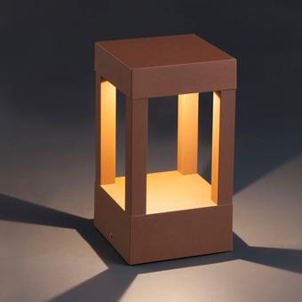 Baliza de 20 cm vanguardista en color marrón óxido con LED de 5W cálido